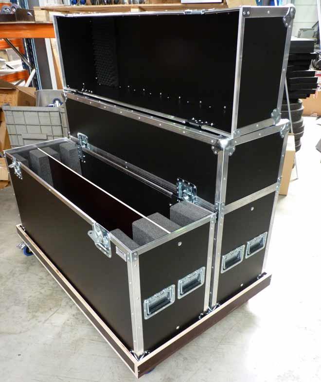 Flight case écran plastique sur plateau à roulettes